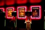 Zaułek graczy ozdobiony plakatami z gry